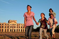 FAMILY RACING EACH OTHER IN FRONT OF THE RUINS OF THE CHATEAU DE LA FERTE_VIDAME, EURE_ET_LOIR, FRANCE