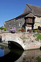 THE MOAT IN FRONT OF THE OLD HOUSES AND MEDIEVAL BRIDGE, BONNEVAL, EURE_ET_LOIR 28, FRANCE