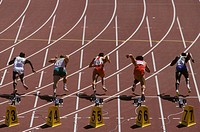 Male athletes at the starting line ...