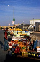 LIBYA, NEAR BENGHAZI, AL BAYDA, STREET SCENE, PEOPLE SELLING PRODUCE