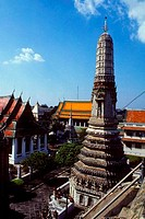 THAILAND, BANGKOK, WAT ARUN TEMPLE OF DAWN, WITH SURROUNDING PAVILIONS