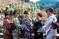 JAPAN, KYOTO, KIYOMIZU TEMPLE IN WINTER, YOUNG WOMEN IN KIMONO