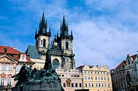 CZECH REPUBLIC, PRAGUE, OLD TOWN SQUARE WITH GOTHIC CHURCH OF OUR LADY BEFORE TYN