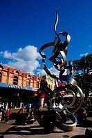 AUSTRALIA, NEAR SYDNEY, MANLY, PEDESTRIAN STREET, PEOPLE, BOYS CLIMBING ON SCULPTURE
