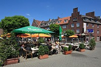 D-Wesel, Rhine, Lower Rhine, North Rhine-Westphalia, NRW, Kornmarkt, market place, bar district, entertainment district, people sitting in a sidewalk ...