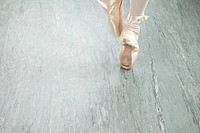 Feet of ballerina en pointe