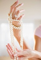 USA, New Jersey, Jersey City, Woman´s hand holding pearl beads
