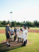 USA, California, Ladera Ranch, coach training little league baseball team 10_11