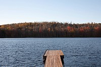USA, Pennsylvania, Calicoon, Wooden pier at lake