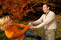 Paar im Herbst, couple having fun in autumn