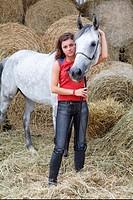 Frau mit einer weissen Pferd