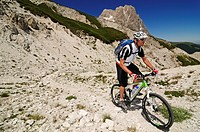 Mountain biker on Corno Grande near Casale San Nicola, Campo Imperatore, Gran Sasso National Park, Abruzzo, Italy, Europe
