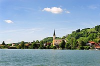 Schliersee lake with the parish church of St. Sixtus, Schliersee, Upper Bavaria, Bavaria, Germany, Europe