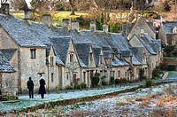 Arlington Row - 17th century weavers cottages, built in Cotswold stone, in the picturesque village of Bibury, Gloucestershire UK