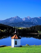 Chapel at the Hergratsrieder See lake with Allgaeu Alps, near Fuessen, Ostallgaeu district, Allgaeu, Bavaria, Germany, Europe