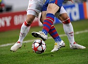 Close-up, tackling, VfB Stuttgart vs. FC Barcelona