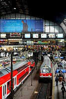 Train, traffic at the platform, central railway station, Hanseatic city of Hamburg, Germany, Europe