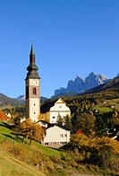 Church of St. Peter with Odle massif, Valle di Funes valley, Dolomites, South Tyrol, Italy, Europe