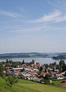 Austria, Land Salzburg, Flachgau, Seeham, Obertrumersee, Mattsee, View of village with lake in background