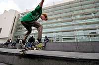Skateboarder in Plaça dels Plaça dels Àngels in front of MACBA (Museum of Contemporary Art, 1987-95, designed by Richard Meier), Barcelona. Catalonia,...
