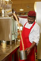 Man making teh tarik