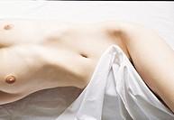 particolare di una donna nuda sdraiata a letto