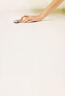 mano di donna sul pavimento con cellulare