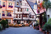 Germany, Mosel Valley, Bernkastel_Kues, outdoors cafe in old town
