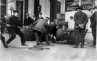 Prohibition, prohibition officers raiding the lunch room of 922 Pennsylvania Avenue, Washington DC, April 25, 1923