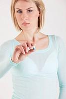 donna con una pillola in mano