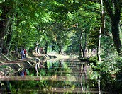 Cyclists riding along the tow path beside the Monmouthshire and Brecon Canal at Llangattock, Brecon Beacons National Park, Powys, Wales, United Kingdo...