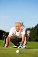 Senior Golfer im Sommer