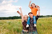 Huckepack Famile in der Natur