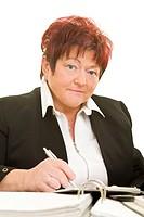 Geschäftsfrau sitzt arbeitend an Akten