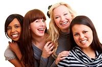 Vier junge Frauen umarmen sich lachend
