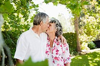 Senior couple kissing (thumbnail)