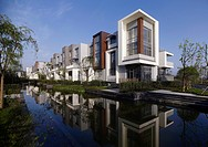 Row of residential houses reflection in canal (thumbnail)