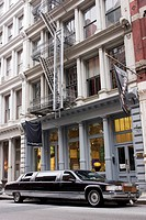LIMOUSINE PARKED IN FRONT OF A BUILDING IN SOHO, LUXURY, MANHATTAN, NEW YORK, UNITED STATES OF AMERICA, USA