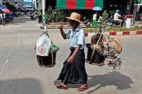 STREET VENDOR CARRYING HIS GOODS ON A YOKE, KAWTHAUNG, THE CITY ONCE CALLED VICTORIA POINT UNDER BRITISH DOMINATION 1824_1948, SOUTHERN BURMA, ASIA