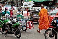 BUDDHIST MONKS IN THE PAK KHLONG TALAT MARKET, BANGKOK, THAILAND, ASIA