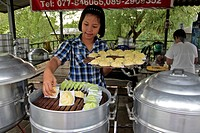 OUTDOOR COOKING IN A VILLAGE FAMOUS FOR ITS SPECIALTY OF STEAMED RAVIOLI, THAILAND, ASIA