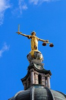 England, London, City of London. A bronze statue of Lady Justice by British sculptor F. W. Pomeroy on top of the Central Criminal Court, the Old Baile...