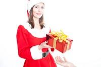 Frau an Weihnachten mit Geschenk