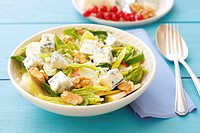 Spinach, pear, walnut and blue cheese salad