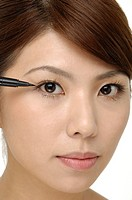 beautiful girl applying eye_liner