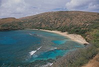 USA, Hawaii Islands, O'ahu, South Shore, Koko Head Regional Park, Hanauma Bay, View of beach along hanauma bay