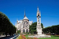 Fountain in a park in front of a cathedral, Notre Dame, Paris, Ile_de_France, France