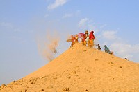 Bishnoi pilgrims bringing sand on top of Samrathal dune, thus following their guru prescriptions: ´Build dunes to break the wind and save biodiversity...