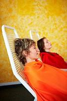 Zwei schlafende Frauen in einem Spa