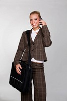 blonde Frau mit Tasche und Handy